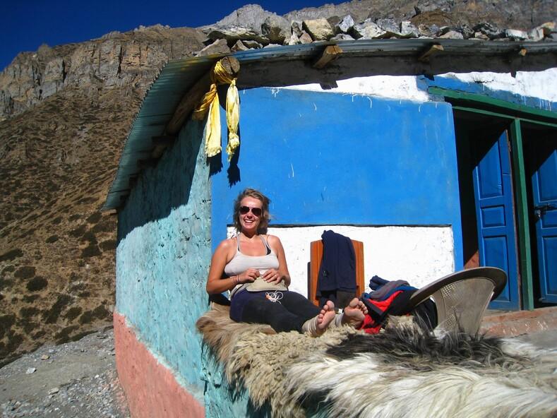 Отдыхающая девушка на треккинге в Непале.