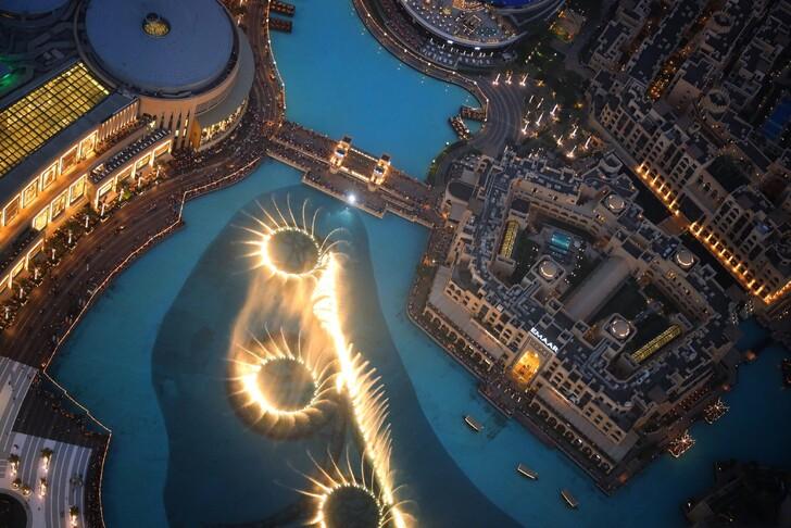 вид на поющий фонтан с башни Бурдж Халифа