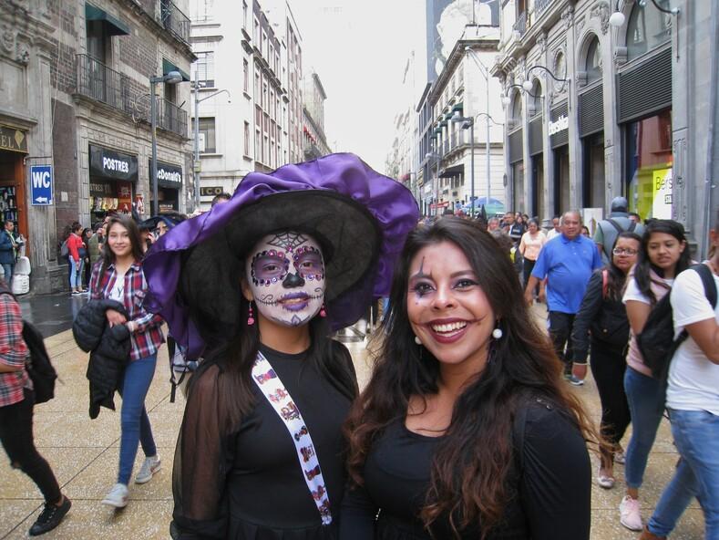 Мексиканские девчата на празднике День мертвых.