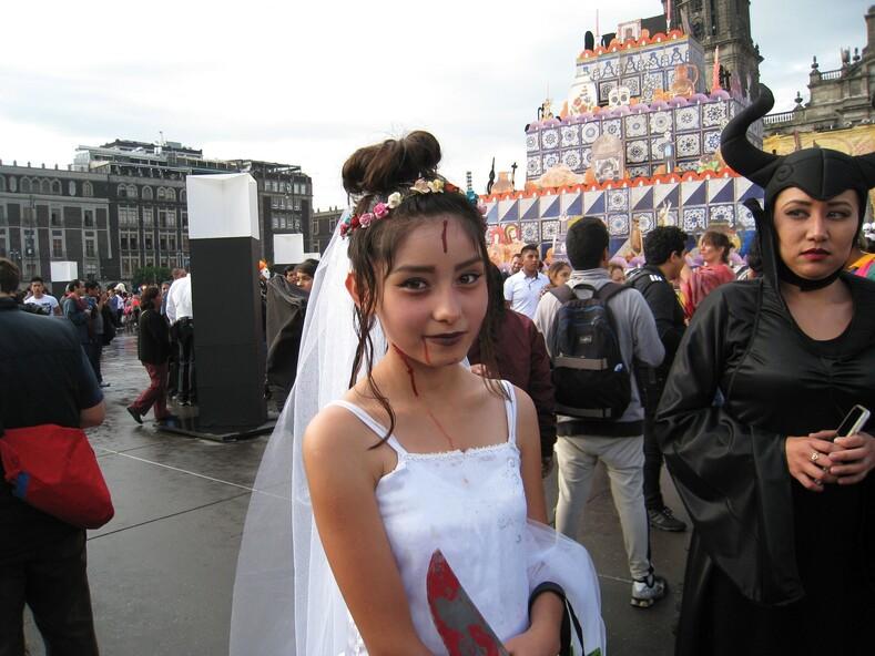 Кровавая невеста на празднике День мертвых в Мехико.