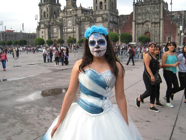 Нарядная девушка на празднике День мертвых в Мехико.
