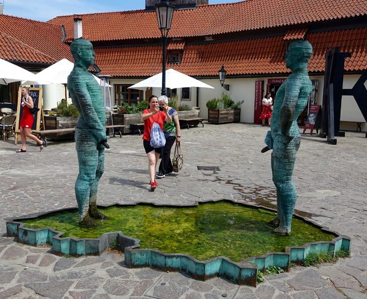 Скульптура у музея Ф. Кафки