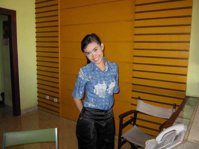 Индонезийская девушка с ресепшина отеля.