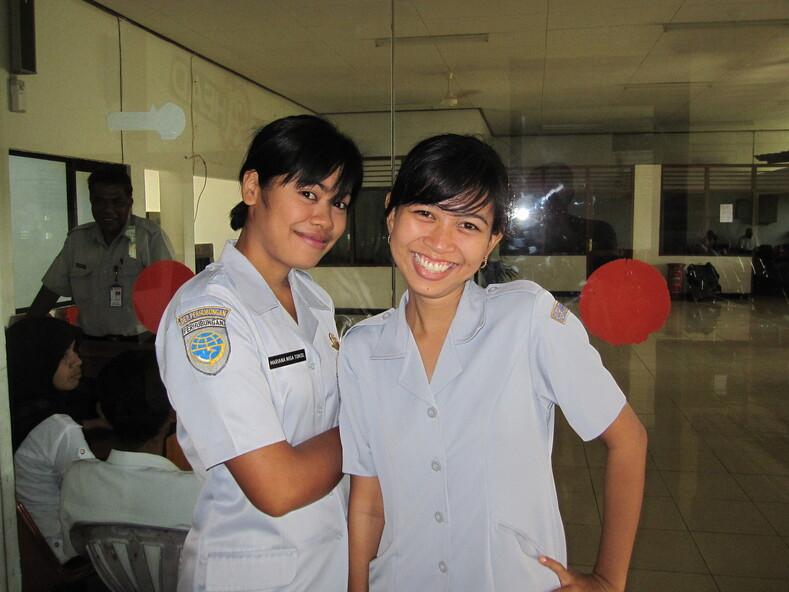 Индонезийские девчата работницы аэропорта в Джакарте.