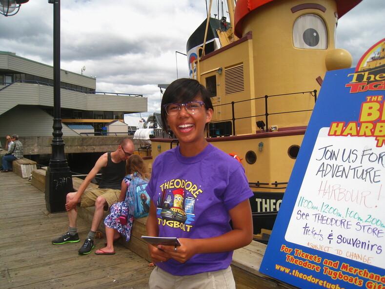 Канадская девушка, рекламирующая и продающая круизы по гавани города Галифакса.