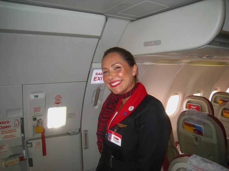Стюардесса бразильской авиакомпании TAM Airlines.