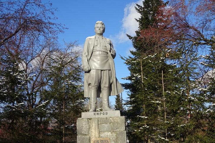 Памятник С.М.Кирову в парке
