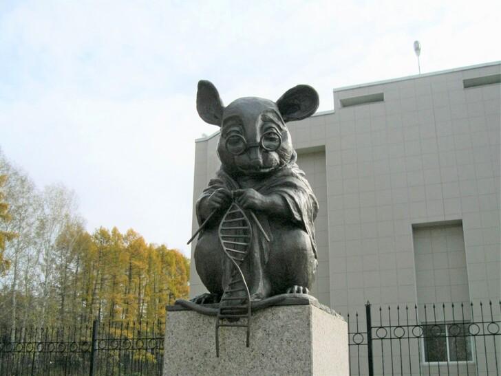 Памятник лабораторной мыши, вяжущей нить ДНК