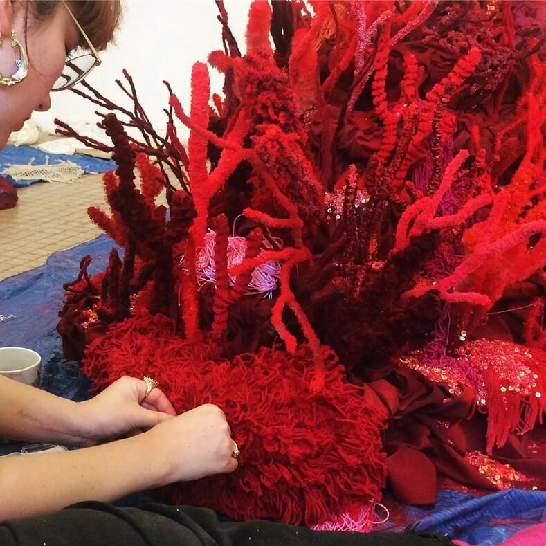 Молодая француженка решила защищать океаны с помощью пайеток и бисера: фото текстильных кораллов, которые можно спутать с настоящими