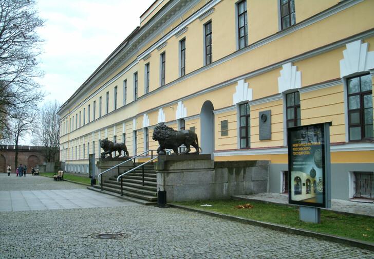 Присутственные палаты - главное музейное здание Новгородского кремля