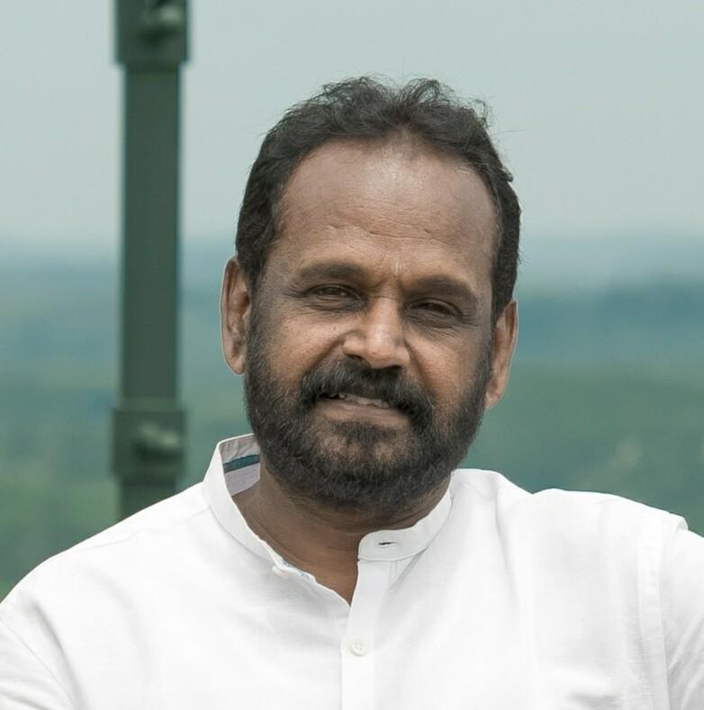 Индийский режиссер потратил 10 лет на строительство бетонного ястреба на вершине холма