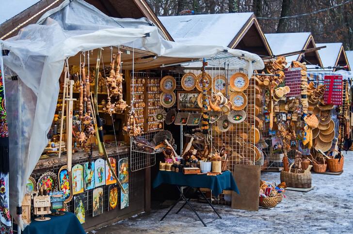 Сувенирные ряды на зимней ярмарке в Великом Новгороде