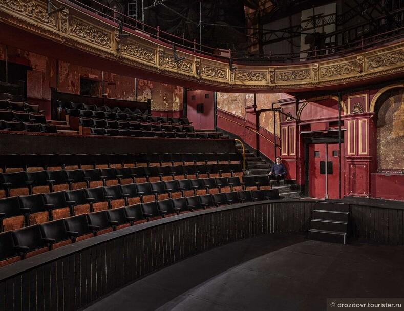 Пустые театры Лондона готовятся к окончанию пандемии (фото)