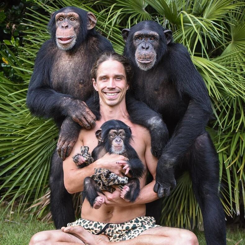 Современный Тарзан, который воспитывает больших кошек, слонов и обезьян