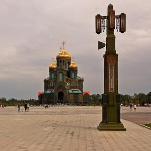 Высота собора 96 м, высота звонницы 75 м.
