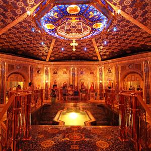 В центре Крестильни установлена купель с подсветкой, украшенная мозаикой