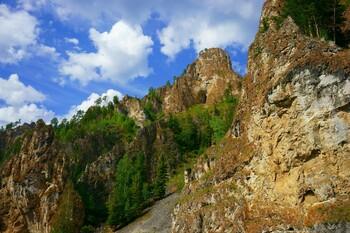 В Красноярском крае туристка сорвалась со скалы во время фотосессии