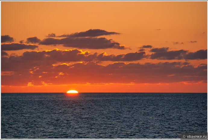 Рассвет в море перед приходом в Тонхэ.