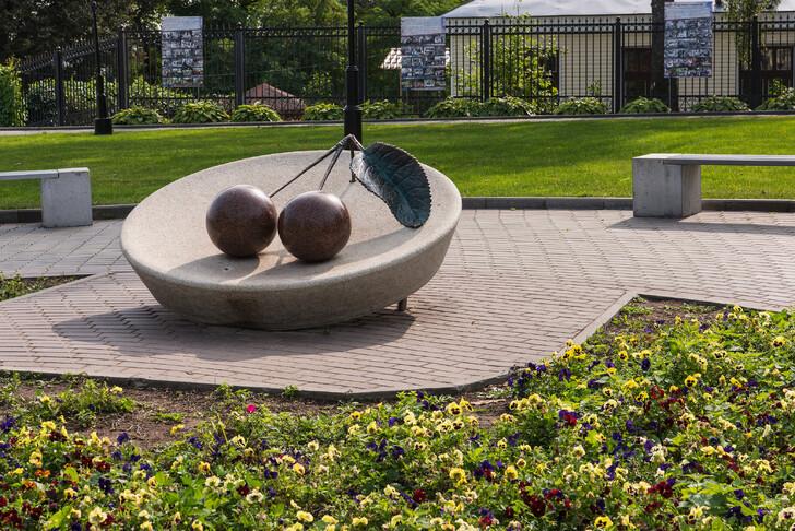 Памятник вишне у Патриаршего сада