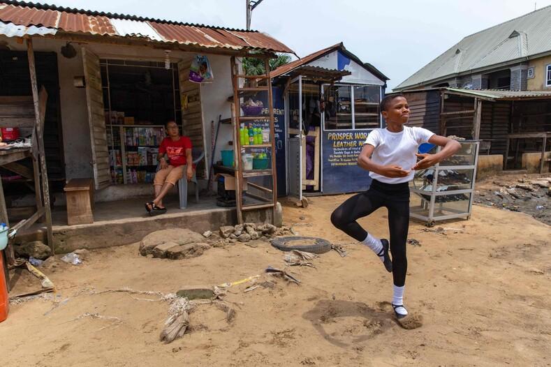 От станка до мировой славы. Школа танцев из Нигерии устроила уличное представление, восхитив соцсети (фото)