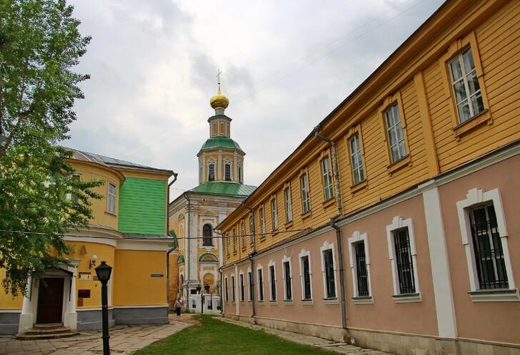 Музей «Старая аптека» (здание слева)