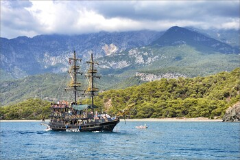 За неделю Анталия приняла почти 30 000 туристов