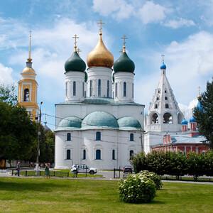 Коломенский Кремль. Апсида Успенского собора, справа - колокольня Тихвинской церкви