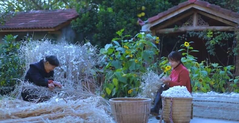 Сироту воспитали дедушка с бабушкой в деревне. Девочка выросла и стала зарабатывать больше 20 миллионов долларов в год