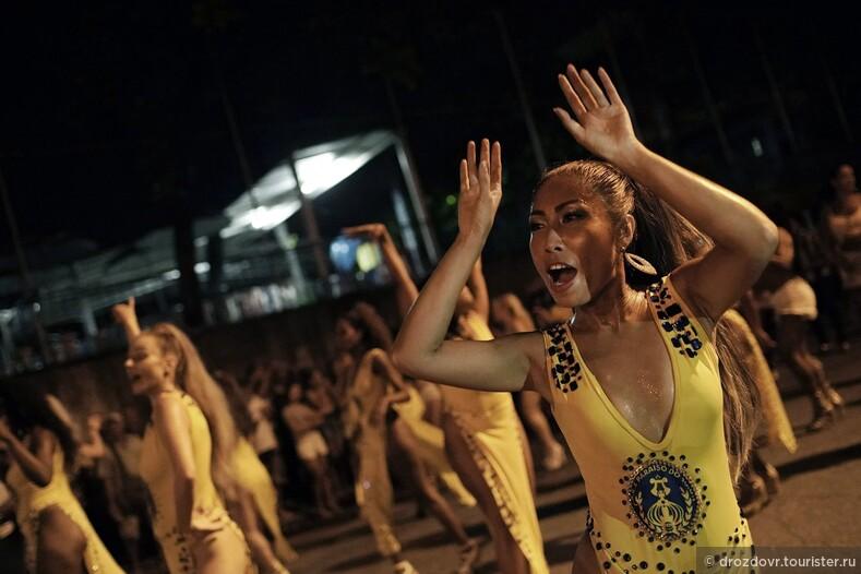 Почти как в армии. Бразильская школа самбы показывает многочасовые репетиции карнавала в Рио (фото)