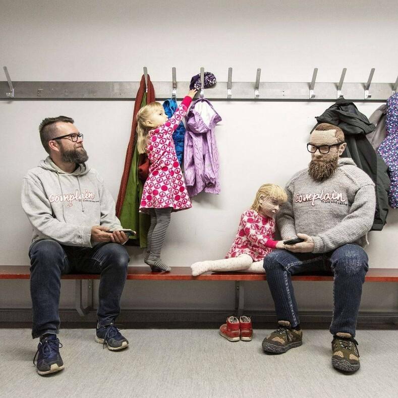 На фото не сестры-близнецы: художница вяжет из ниток точные копии своих знакомых в полный рост, а также их детей, животных и дома