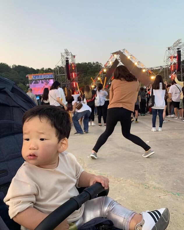 Тайная жизнь мамочки в декрете: южнокорейская актриса делает уморительные фото с сыном, который не подозревает, что за спиной творит его мать