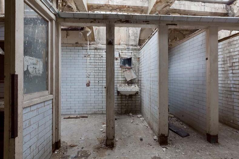 Как живется в общественном туалете: британский архитектор Лаура Джейн Кларк переделала заброшенную уборную в уютные апартаменты