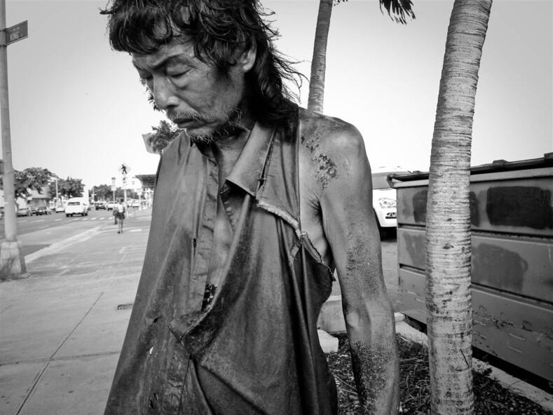 Девушка 10 лет фотографировала бездомных на улицах и среди них нашла своего исчезнувшего отца