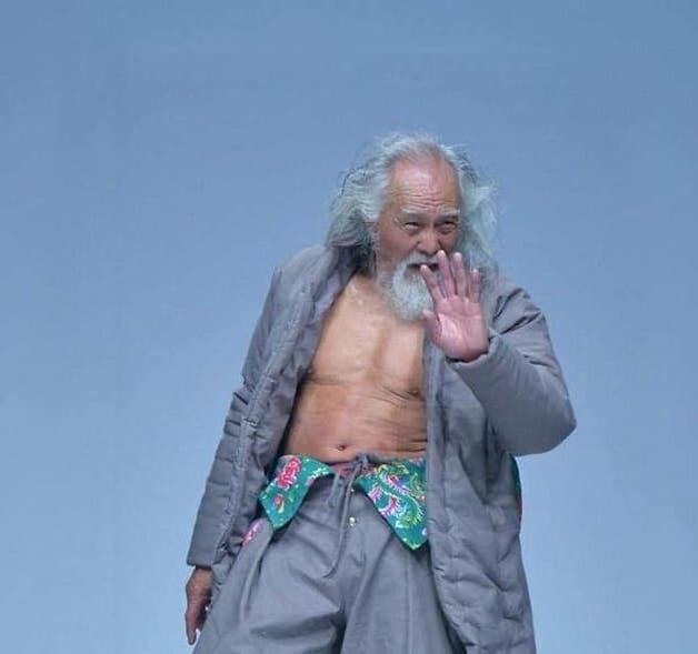 Его называют самым горячим дедушкой Китая: в возрасте 50 лет он переступил порог тренажерного зала, а в 79 лет вышел на подиум с обнаженным торсом