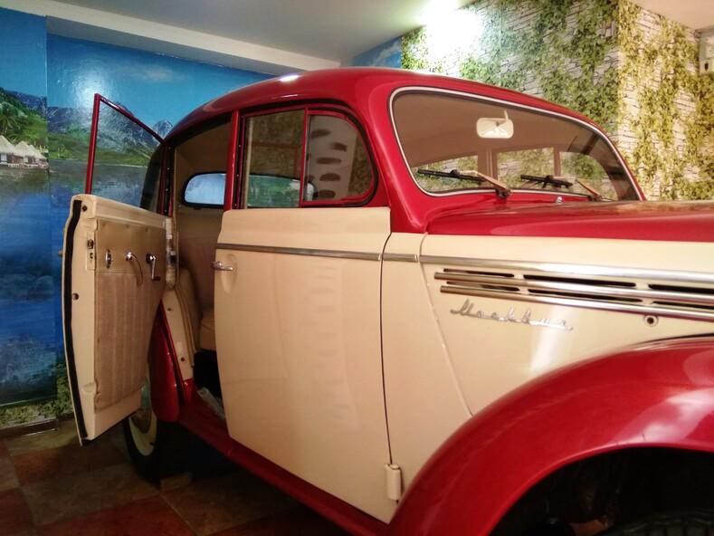 Ретро-автомобили в Лазаревском, город-курорт Сочи.