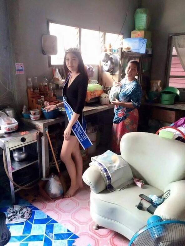 Тайская королева красоты поклонилась матери, которая всю жизнь собирала мусор ради своих детей