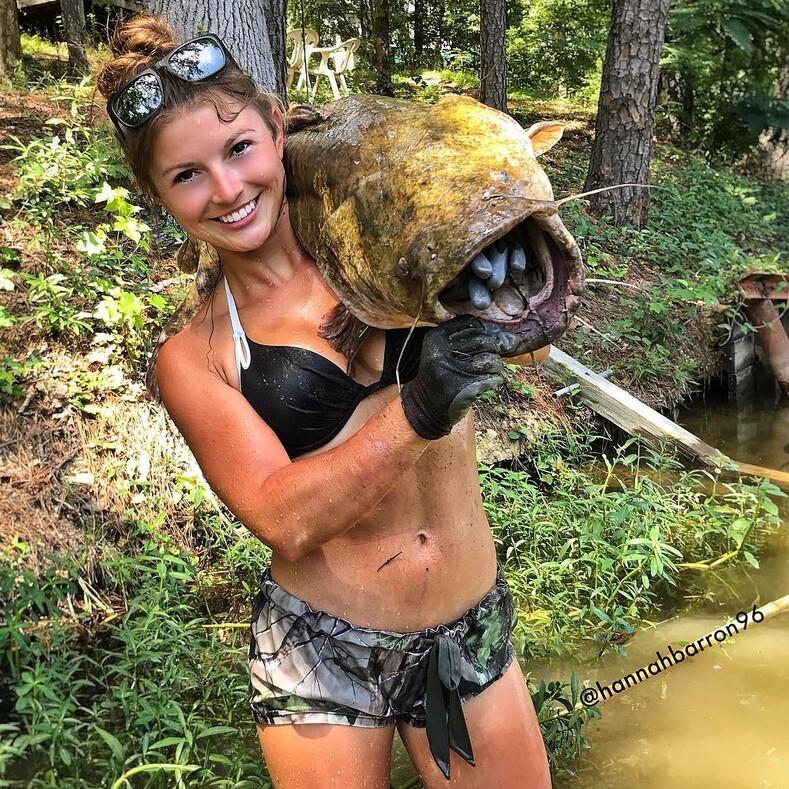 Девушка в бикини ловит сомов руками и сама поднимает гигантов со дна водоемов: фото охотницы, превзошедшей в этом деле мужчин