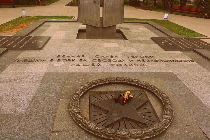 Вечный огонь в Братском саду