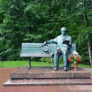 В парке перед домом-музеем в 2006 году был  установлен памятник Чайковскому. Работа скульптора Рожникова.