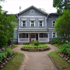 А вот и сам дом, где Петр Ильич поселился 5 мая 1892 года, арендовав его у  мирового судьи Сахарова и где провёл последние полтора года своей жизни.  Дом стоит в глубине парка. Красивый фасад с террасой, поясками, пилястрами и резными наличниками на окнах.