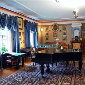 В центре комнаты рояль Беккер, подарок композитору от  владельца фортепианной фабрики. Представляете, за этим роялем когда-то играл сам Чайковский! Когда в гости к нему приезжали друзья, они часто играли за роялем в четыре руки!