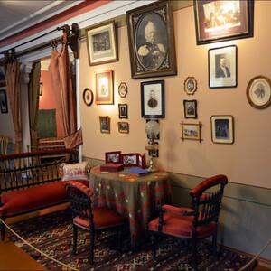 Фотографии отца ( в центре) и родных Чайковского.  Вообще, вся обстановка дома характерна для  интерьеров 80-90-х годов  19 века, с их эклектикой и обилием предметов.