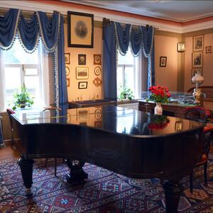 Чайковский прекрасно играл на рояле.  И на этом инструменте, прослужившим ему восемь лет, он проверял все произведения, написанные им за эти годы.