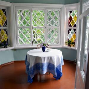 А это балкон-фонарик, куда можно попасть прямо из гостиной. Здесь Петр Ильич часто просматривал почту, работал между завтраком и обедом. Очень уютный уголок дома.