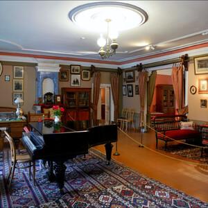 В кабинете-гостиной мы видим гостиный гарнитур,  мебель поздне-викторианского стиля, письменный стол, книжные и нотные шкафы.