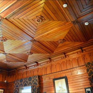 Какие роскошные деревянные резные потолки!