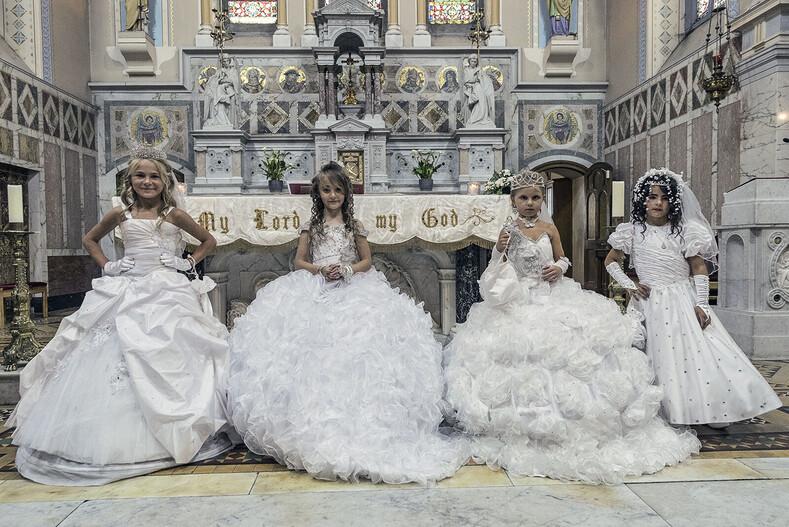 Это не свадьба с малолетними девочками, а их первое причастие в церкви.