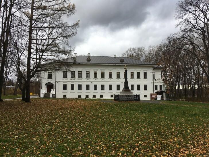 На Соборной горе: здание Присутственных мест и памятник Василию I