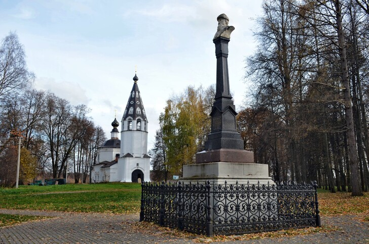 Успенский собор и памятник Василию I