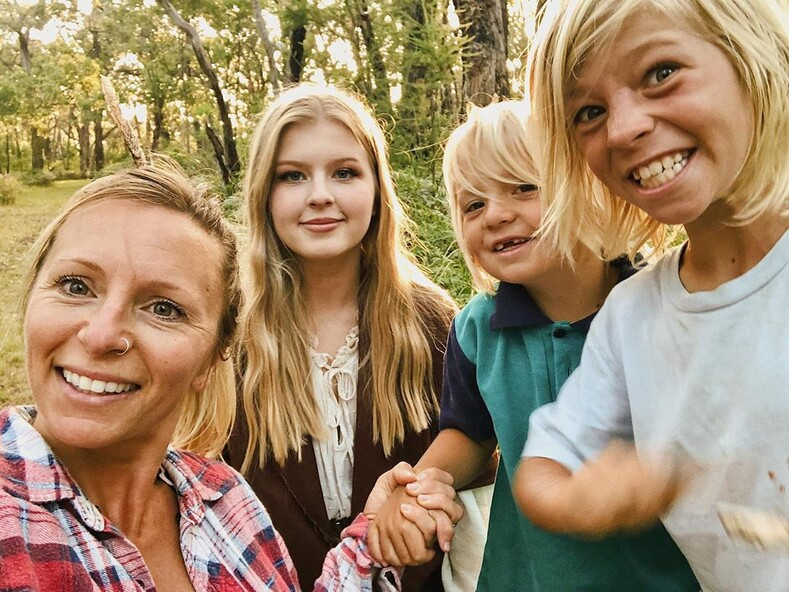 Дети в этой семье не ходят в школу, вместо этого они учатся на природе